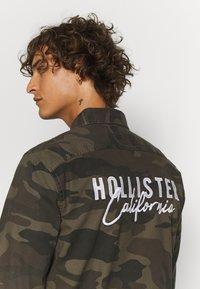 Hollister Co. - BACKGRAPHIC OVERSHIRT - Skjorta - dark green - 4