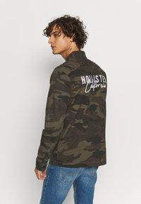 Hollister Co. - BACKGRAPHIC OVERSHIRT - Skjorta - dark green - 2