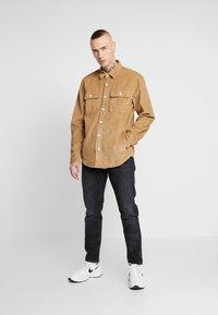 Hollister Co. - FLAN SHACKET - Camisa - tan solid cord - 1