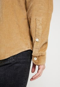 Hollister Co. - FLAN SHACKET - Camisa - tan solid cord - 5