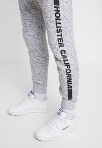 Hollister Co. - PRINT LOGO JOGGER  - Pantalon de survêtement - heather grey - 3