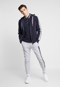 Hollister Co. - PRINT LOGO JOGGER  - Pantalon de survêtement - heather grey - 1