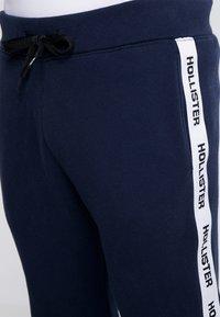 Hollister Co. - TAPE - Pantalones deportivos - navy - 3