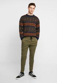Hollister Co. - JOGGER  - Pantalones deportivos - olive - 1