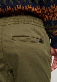 Hollister Co. - JOGGER  - Pantalones deportivos - olive - 5