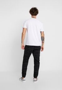 Hollister Co. - PLAID - Pantalones - khaki/black - 2