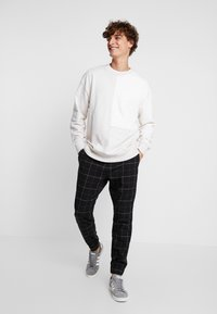 Hollister Co. - PLAID - Pantalones - khaki/black - 1
