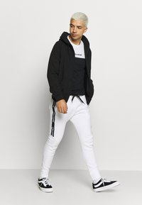 Hollister Co. - LOGO TAPE JOGGER - Teplákové kalhoty - white - 1