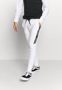 Hollister Co. - LOGO TAPE JOGGER - Teplákové kalhoty - white - 0