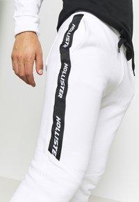 Hollister Co. - LOGO TAPE JOGGER - Teplákové kalhoty - white - 5