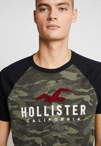 Hollister Co. - RAGLAN CORE  - Triko spotiskem - olive - 4