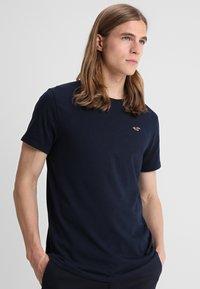 Hollister Co. - CREW 3 PACK - Camiseta básica - navy/burgundy/grey - 4