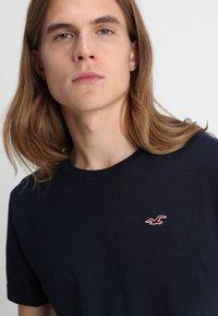 Hollister Co. - CREW 3 PACK - Camiseta básica - navy/burgundy/grey - 6