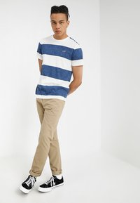 Hollister Co. - STRIPED TEXTURE TEE EXCLUSIVE - Print T-shirt - white/navy - 1