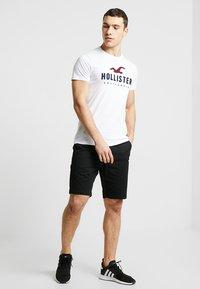 Hollister Co. - ICONIC TECH LOGO  - T-shirt imprimé - white - 1