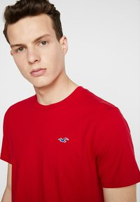 Hollister Co. - ICON VARIETY CREW - Basic T-shirt - red - 4