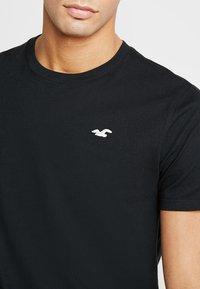 Hollister Co. - ICON VARIETY CREW - T-shirts - black/white - 4