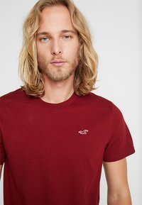 Hollister Co. - CORP ICON CREW - T-shirt imprimé - bordeaux - 4