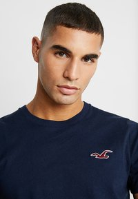 Hollister Co. - EXPLODED ICON CREW  - Camiseta básica - navy