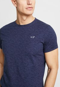 Hollister Co. - MUSCLE FIT CREW - Jednoduché triko - navy - 4
