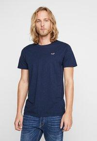 Hollister Co. - 3 PACK  - Print T-shirt - white/burgundy/navy - 1