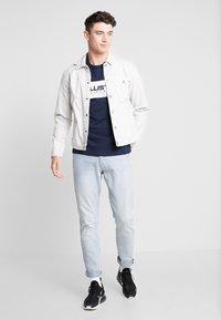 Hollister Co. - SECONDARY TECH LOGO - T-shirt print - navy block - 1