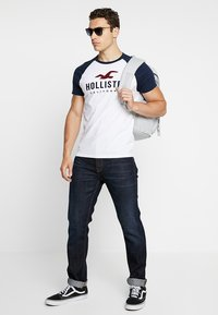 Hollister Co. - RAGLAN - T-shirt med print - white - 1