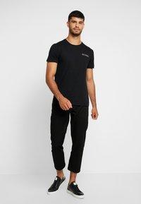 Hollister Co. - WIDE BOX  - Print T-shirt - black - 1