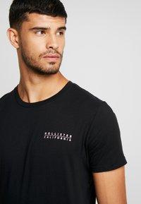 Hollister Co. - WIDE BOX  - Print T-shirt - black - 5