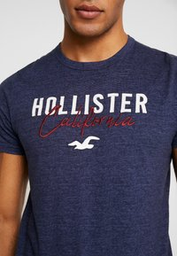 Hollister Co. - SLIM CORE TECH LOGO - T-shirt med print - med blue