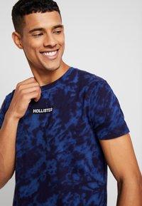 Hollister Co. - SCRUNCH BOX LOGO - T-shirt print - navy pattern - 4