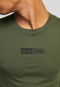 Hollister Co. - SCRUNCH BOX LOGO - Camiseta estampada - green - 4