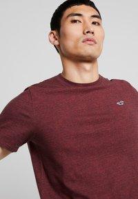 Hollister Co. - CURVED HEM - Basic T-shirt - burg - 3