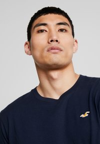 Hollister Co. - ICON VARIETY CREW  - T-shirt - bas - navy with gold - 3