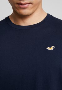 Hollister Co. - ICON VARIETY CREW  - T-shirt - bas - navy with gold - 5