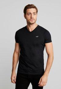 Hollister Co. - MUSCLE FIT VNECK - Basic T-shirt - black - 0