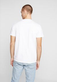 Hollister Co. - ICONIC CORE TECH  - Camiseta estampada - white solid