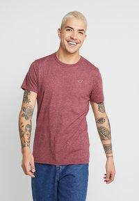 Hollister Co. - SEASONAL CREW 3 PACK - T-shirt basic - red/white/mottled bordeaux - 1