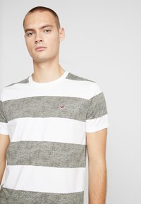 Hollister Co. - THICK STRIPE 3 PACK - T-shirt imprimé - navy/red/olive - 4