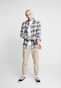 Hollister Co. - MULTIPACK CHEST SIGNATURE LOGO 3 PACK - T-shirt imprimé - black/white/navy - 1