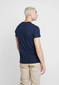 Hollister Co. - MULTIPACK CHEST SIGNATURE LOGO 3 PACK - Camiseta estampada - black/white/navy - 3