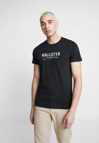 Hollister Co. - MULTIPACK CHEST SIGNATURE LOGO 3 PACK - Triko spotiskem - black/white/navy - 2