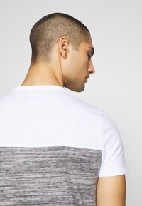 Hollister Co. - CORE TECH SMALL SCALE BLOCK  - T-shirt imprimé - grey splicing - 4