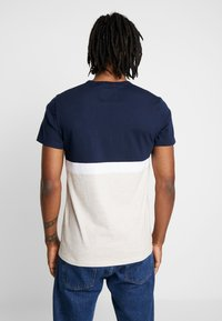 Hollister Co. - CORE TECH SMALL SCALE BLOCK  - Print T-shirt - navy/tan - 2