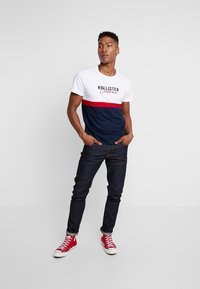 Hollister Co. - ICONIC CORE TECH LOGO  - T-shirt print - white/red/navy - 1