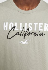 Hollister Co. - CORE TECH LOGO - T-shirt imprimé - olive - 5