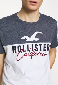 Hollister Co. - CORE TECH LOGO BLOCKING - Camiseta estampada - navy - 4