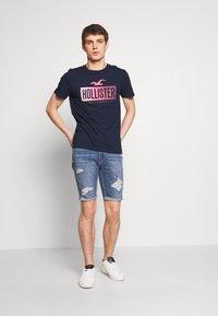 Hollister Co. - PRINT LOGO - T-shirt imprimé - navy - 1