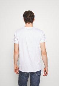 Hollister Co. - PRINT MOTOSPORT - Camiseta estampada - white - 2