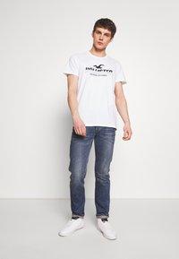 Hollister Co. - PRINT MOTOSPORT - Camiseta estampada - white - 1